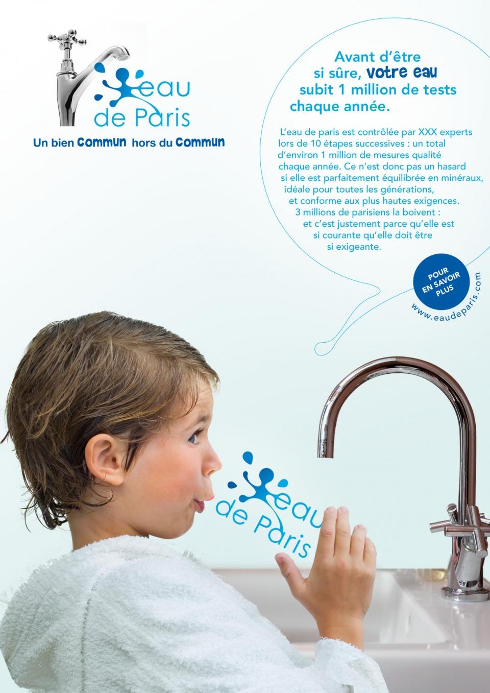 Un enfant en peignoir qui boit de l'eau : que c'est émouvant